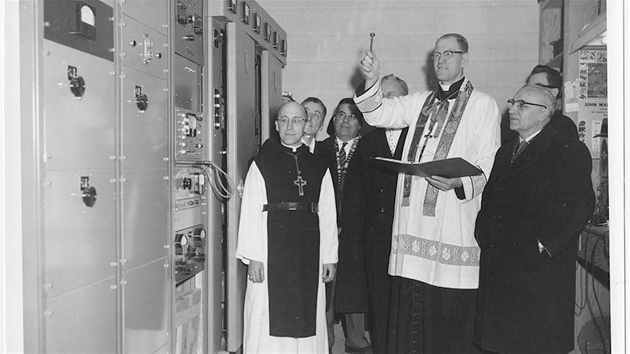 Bénédiction du transmetteur à 10 000 watts à CKSB en février 1959.