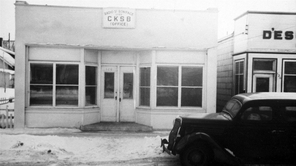 Le premier bureau de CKSB, rue Provencher, et la « bagnole » - le premier moyen de locomotion entre le studio et le transmetteur pendant la construction, 1946
