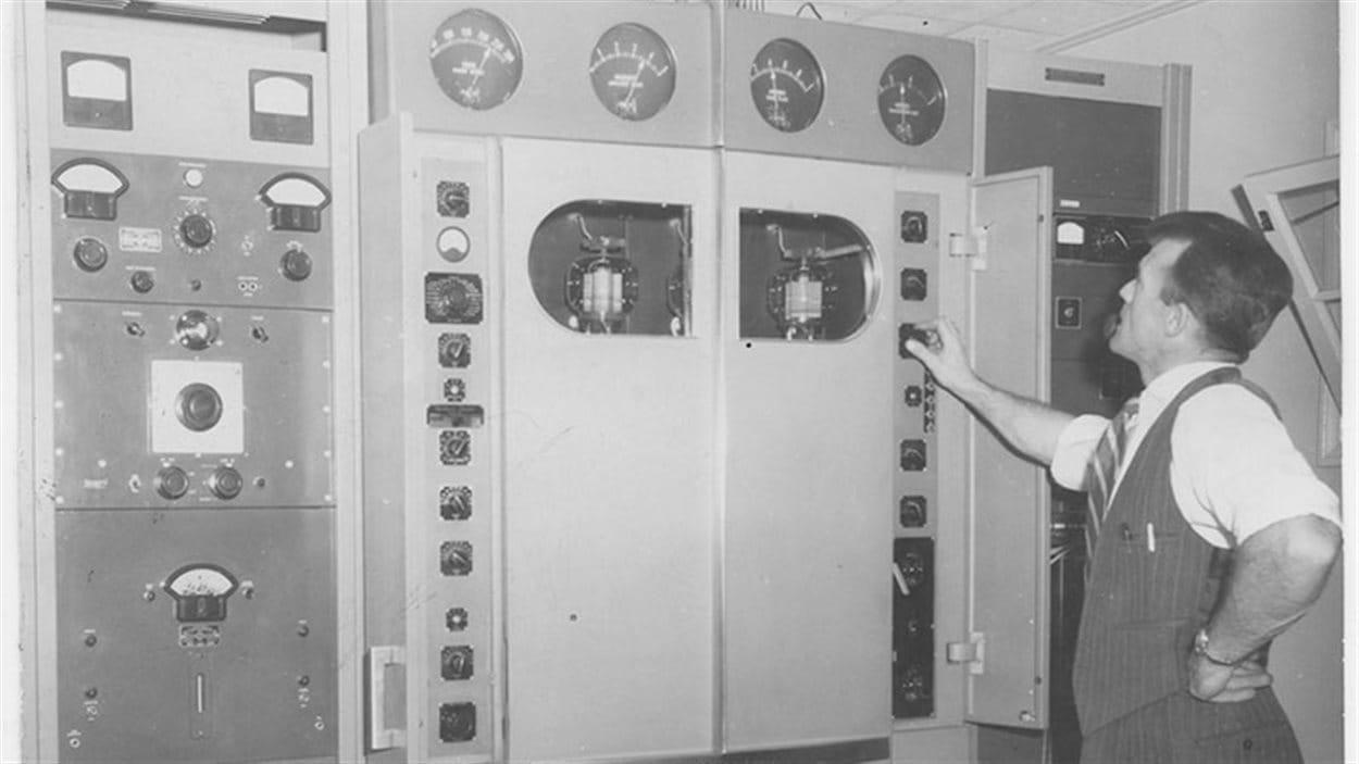Le premier ingénieur D. R. Thomson surveille son émetteur de 1000 watts.