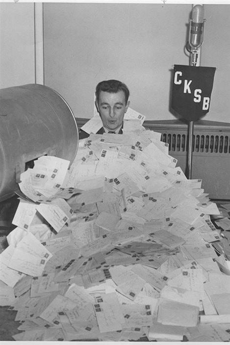 Gaston Tessier, tirage d'un concours à CKSB durant les années 1950