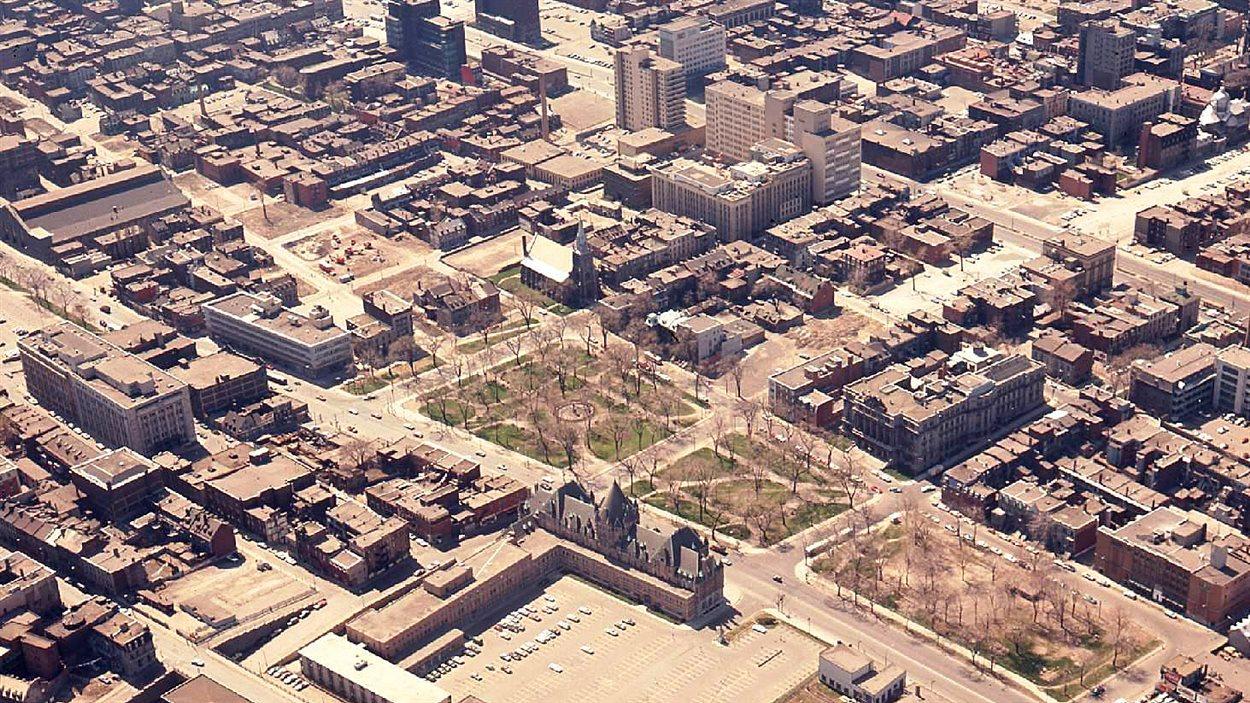 Le square Viger en 1964, avant la construction de l'autoroute Ville-Marie.