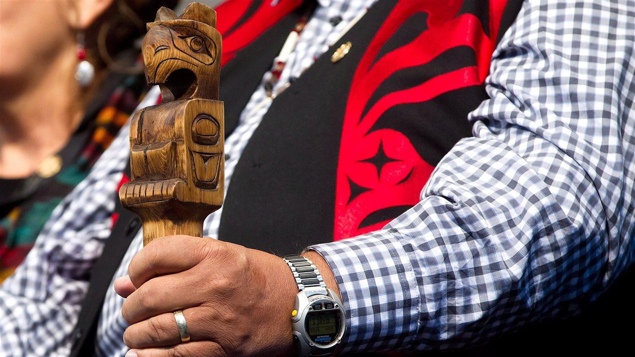 Le juge Murray Sinclair, président de la commission vérité et réconciliation, tient le bâton de parole lors d'une marche pour la réconciliation à Vancouver le 22 septembre 2013.