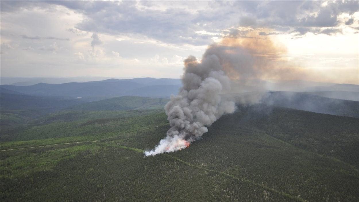 La fumée s'élève du feu de forêt près de Dawson, au Yukon, le 28 mai 2015.