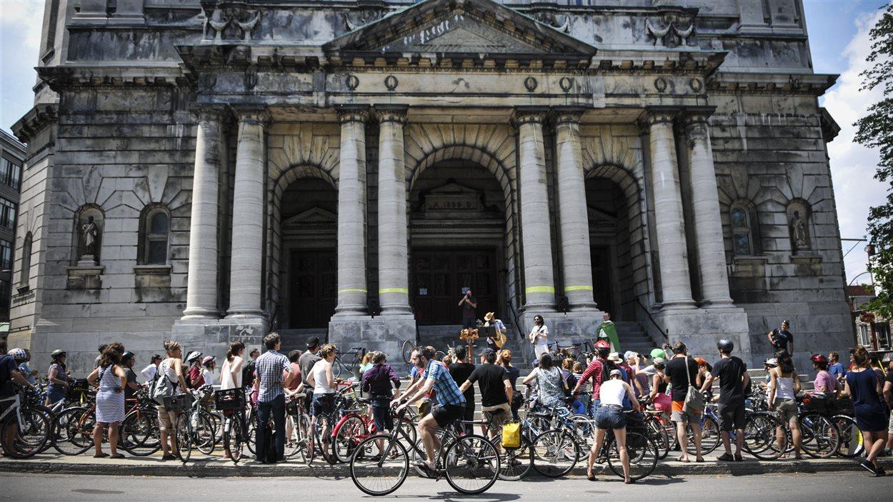 Bénédiction symbolique de vélos devant l'église Saint-Jean-Baptiste
