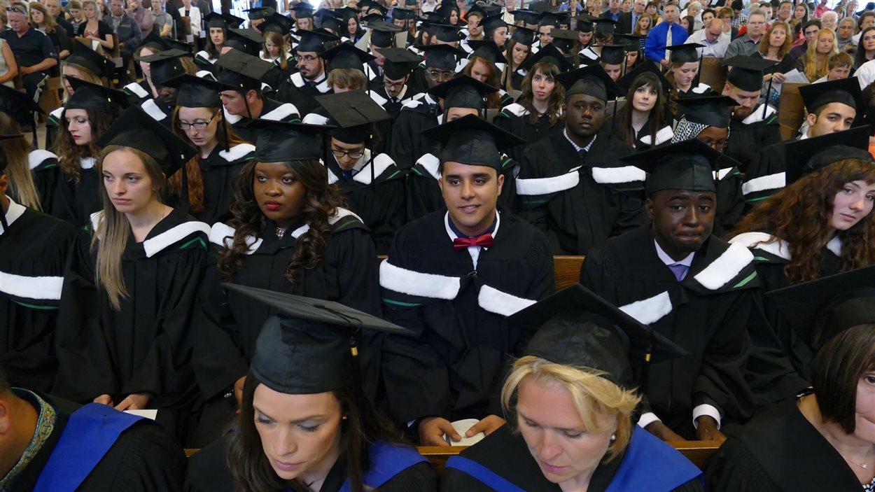 Des diplômés de l'Université de Saint-Boniface assistent à la 136e collation des grades à la cathédrale de Saint-Boniface.