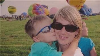 Caroline Poissant avec son fils Jérémie, qui a été assassiné par son père en 2011.