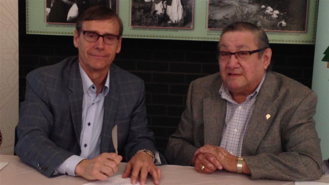 Le président-directeur général de Produits forestiers Résolu, Richard Garneau, et le chef du Conseil des Innus de Pessamit, René Simon