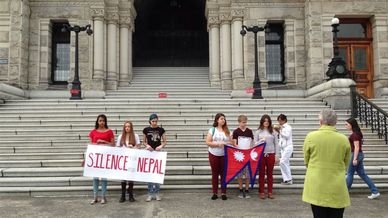 La député d'Esquimalt Royal Roads, Maurine Karagianis accueille les élèves devant le parlement de Victoria