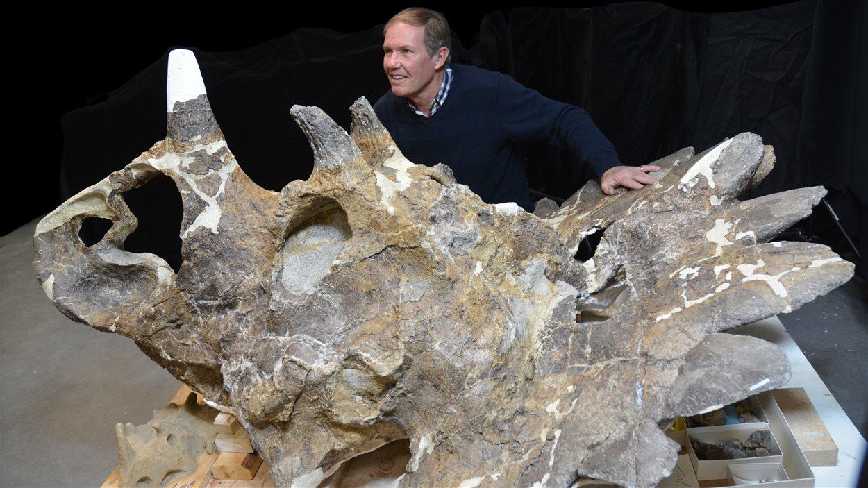 Le fossile en compagnie du géologiste Peter Hews, l'homme qui l'a découvert.