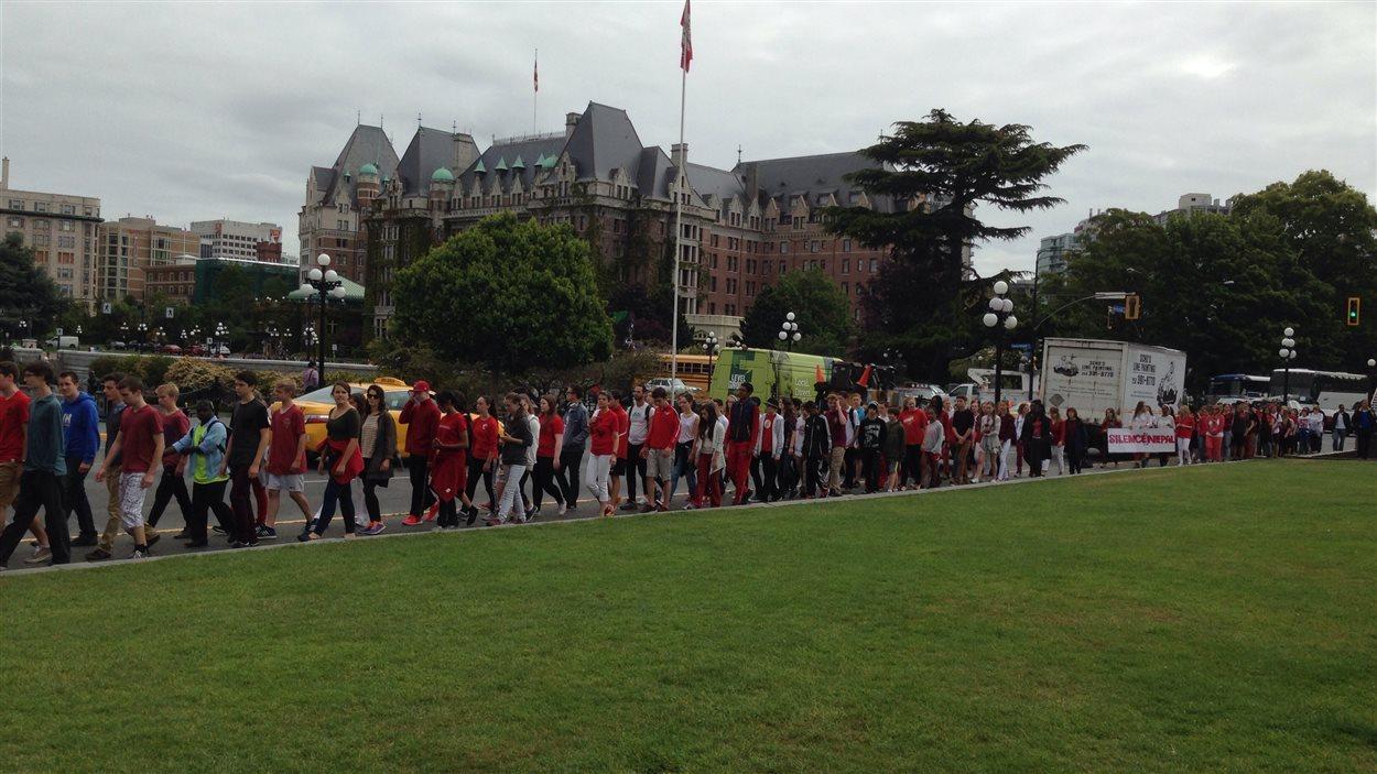 Les élèves de Victor-Brodeur ont traversé tout le centre-ville, portant la bannière «Silence pour le Népal». Ils passent devant l'hotel Empress