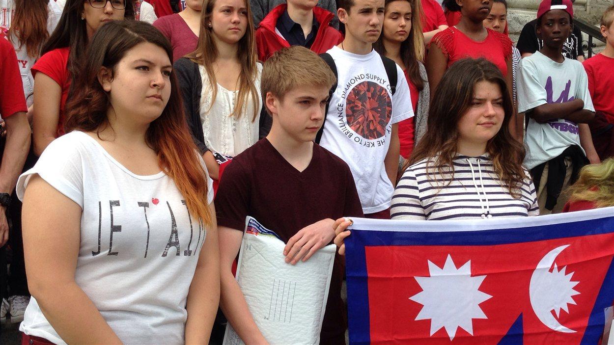 Élèves sur les marches du parlement avec le drapeau du Népal
