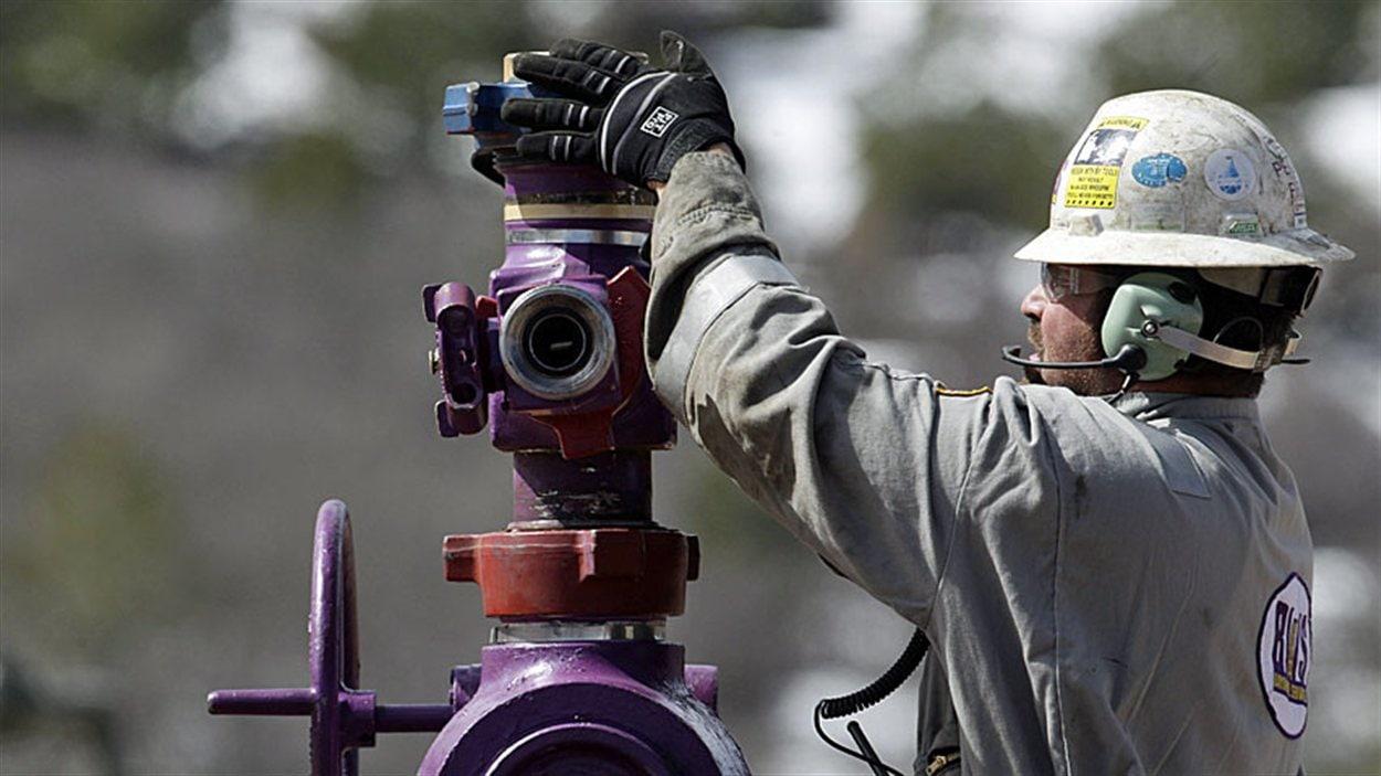 Un employé du secteur de gaz naturel