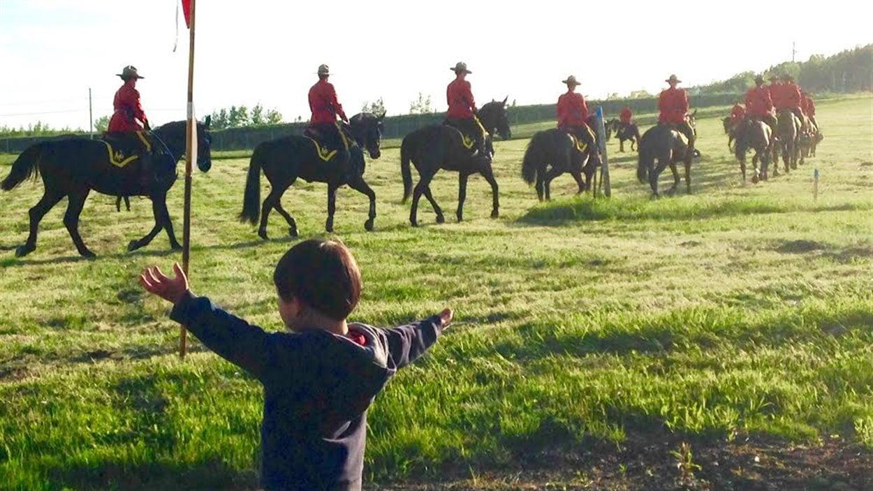 Un enfant salue les policiers lors du Carrousel