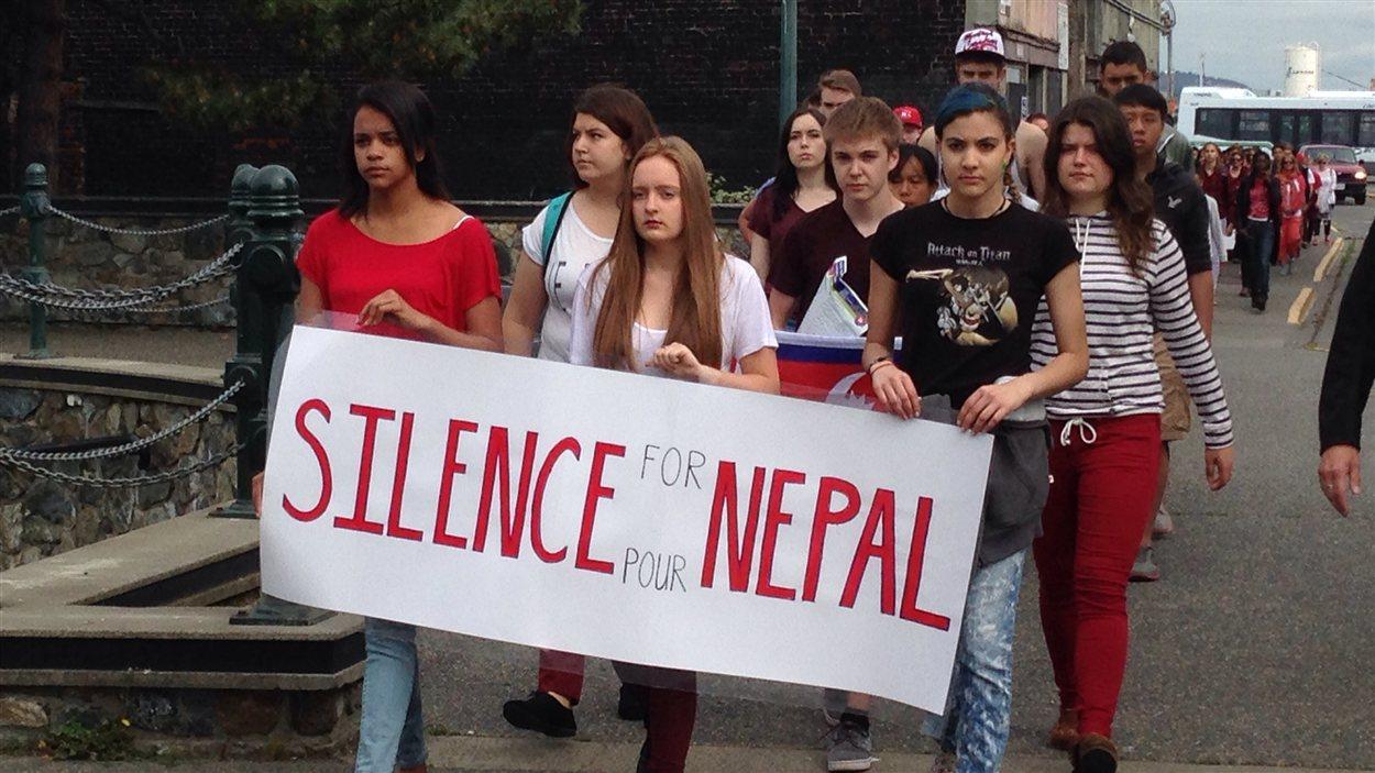 La marche silencieuse des élèves de l'École Victor-Brodeur à Victoria