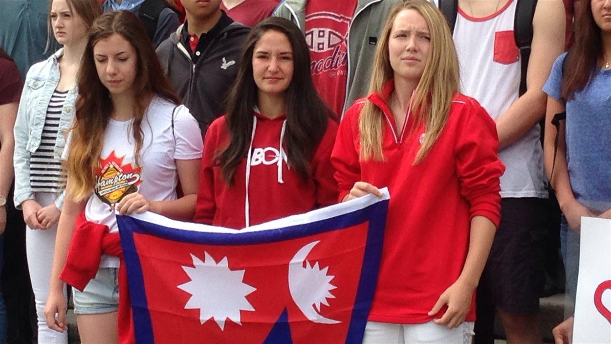 Le drapeau du Népal est silencieusement déployé par les élèves de Victor-Brodeur à VIctoria