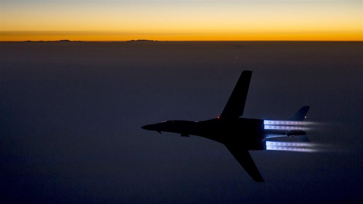 Un bombardier supersonique de l'armée américaine survole le nord de l'Irak après avoir mené des frappes aériennes en Syrie contre le groupe armé État islamique.