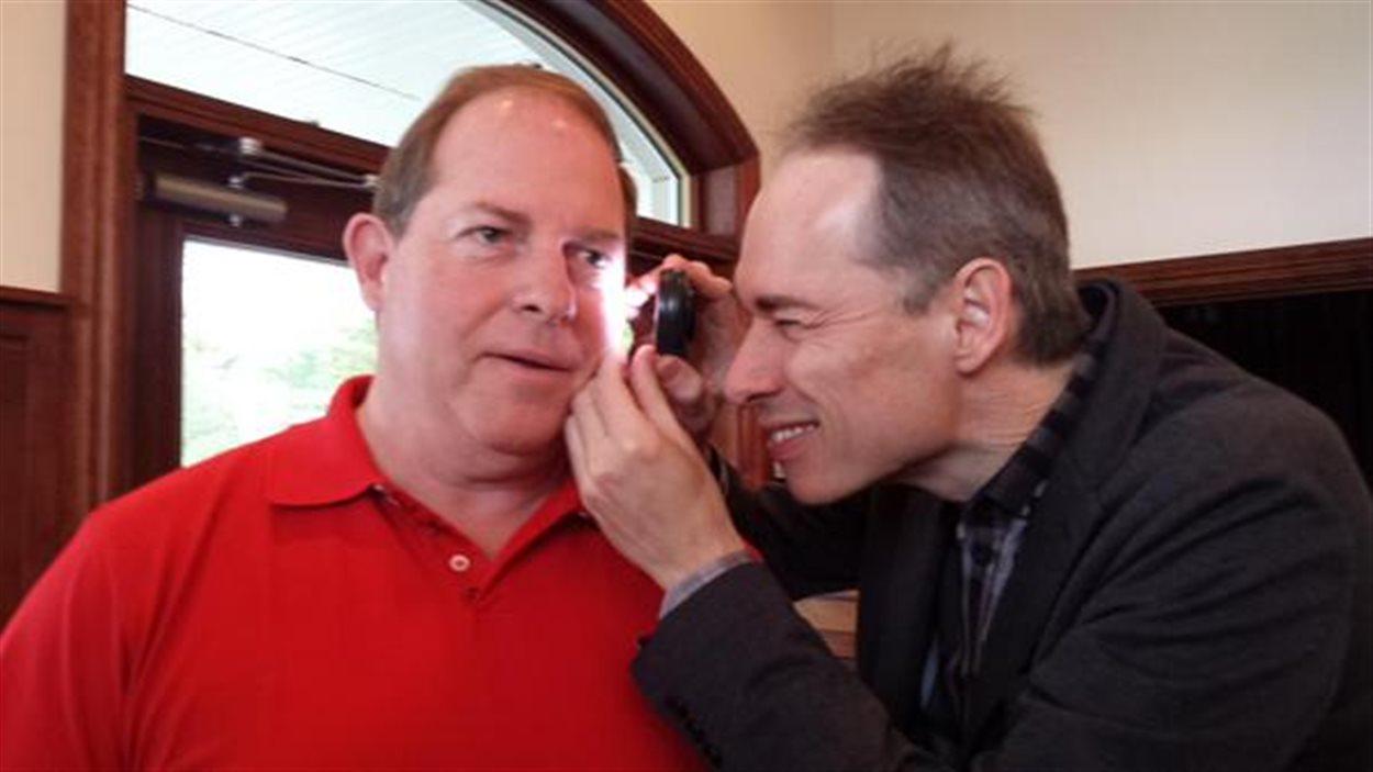 Jacques Tanguay participe à une séance de dépistage du cancer de la peau