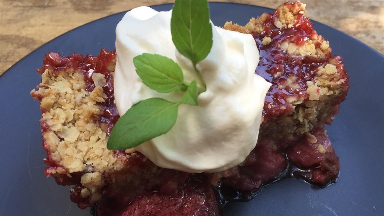 Crumble aux fraises, crème fouettée au Baileys