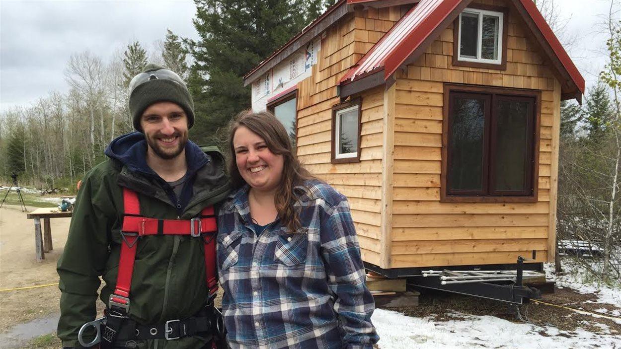 David Bryan et sa conjointe Veda Koncan devant leur mini-maison