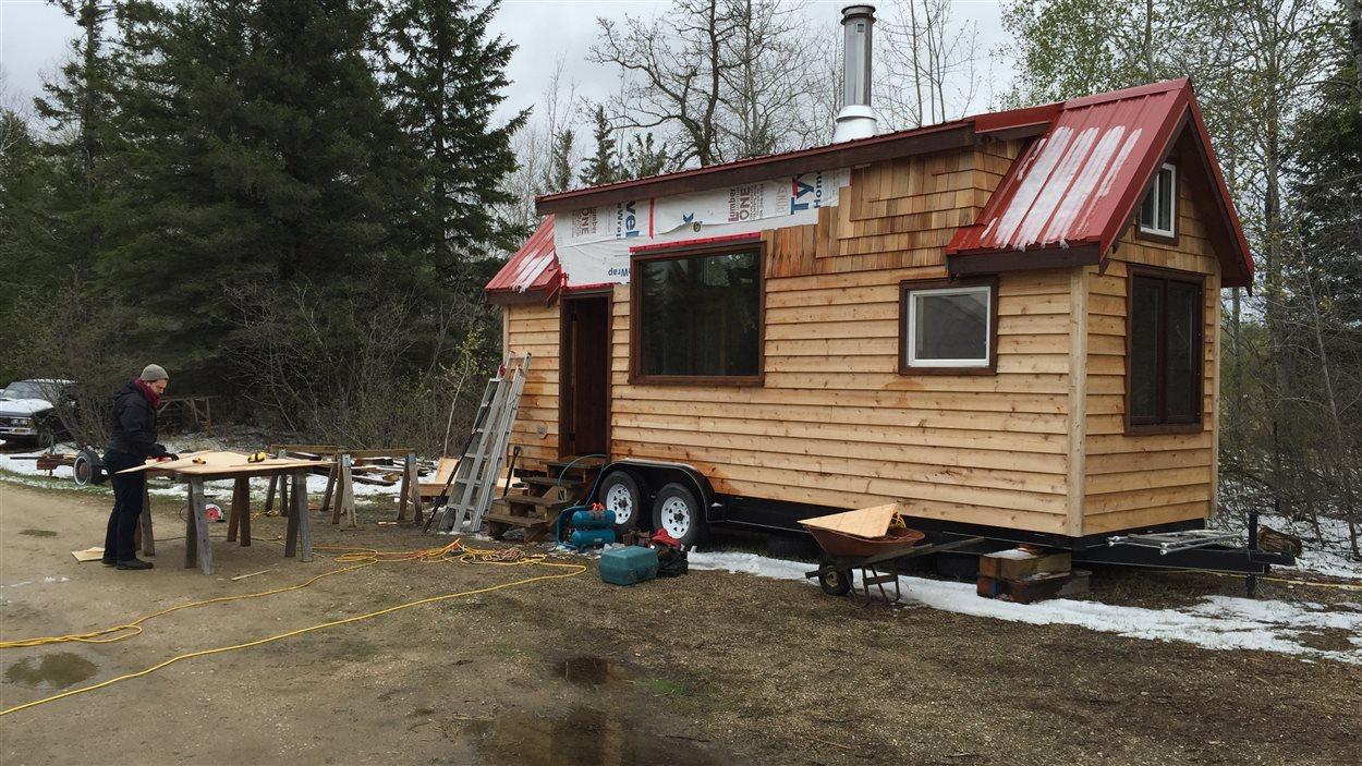 La mini-maison est située à Prawda, une communauté située à 109 kilomètres à l'est de Winnipeg.