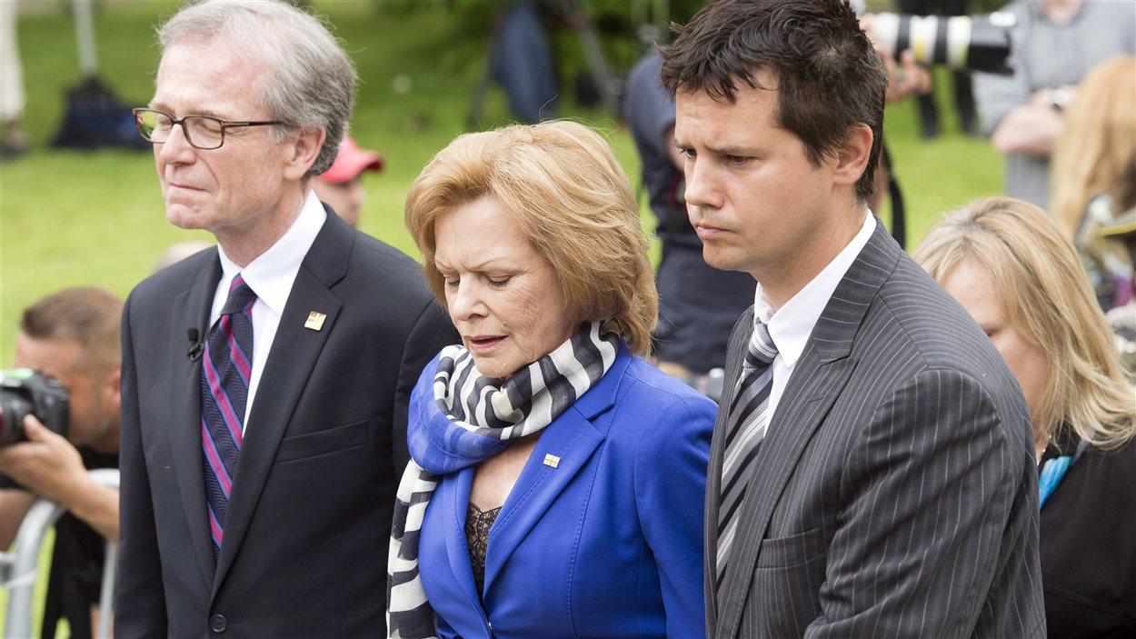 La femme de Jacques Parizeau est escortée par des proches au moment de l'entrée du cercueil dans l'église.