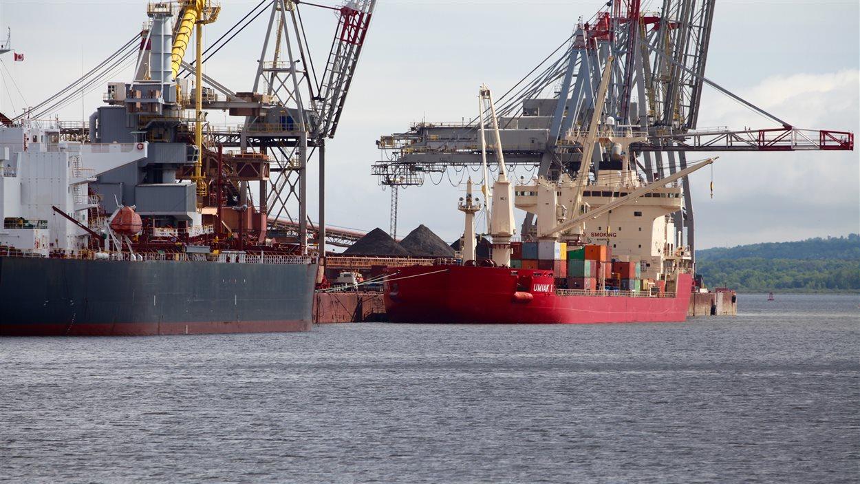 Transbordement de marchandise au port de Québec.