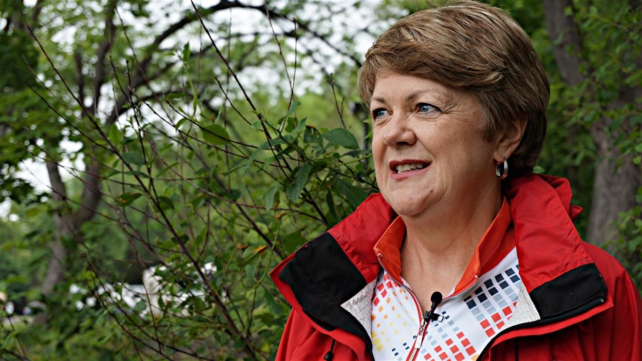 Monique Thibeault parcourt le sentier qui mène au ruisseau le coeur plus léger.