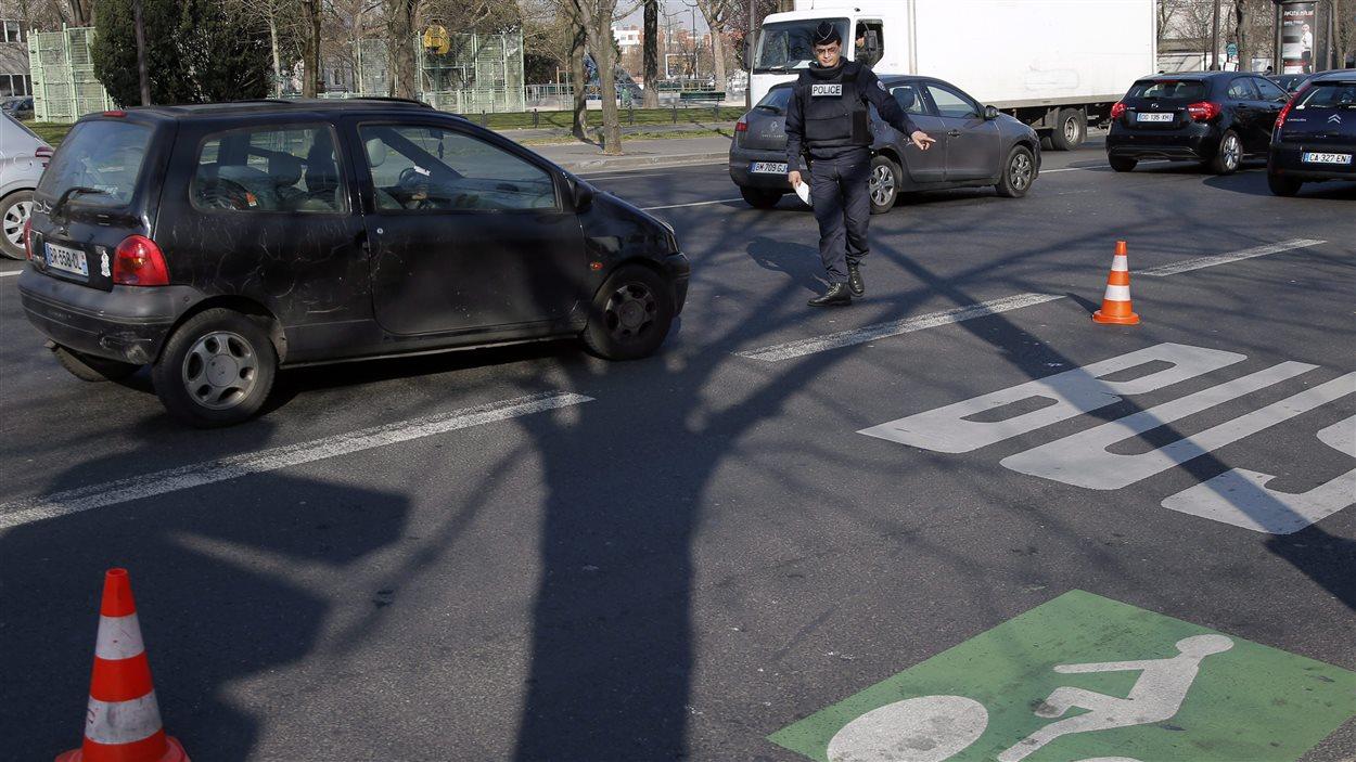 Alerte au smog : des policiers contrôlent les plaques d'immatriculation.