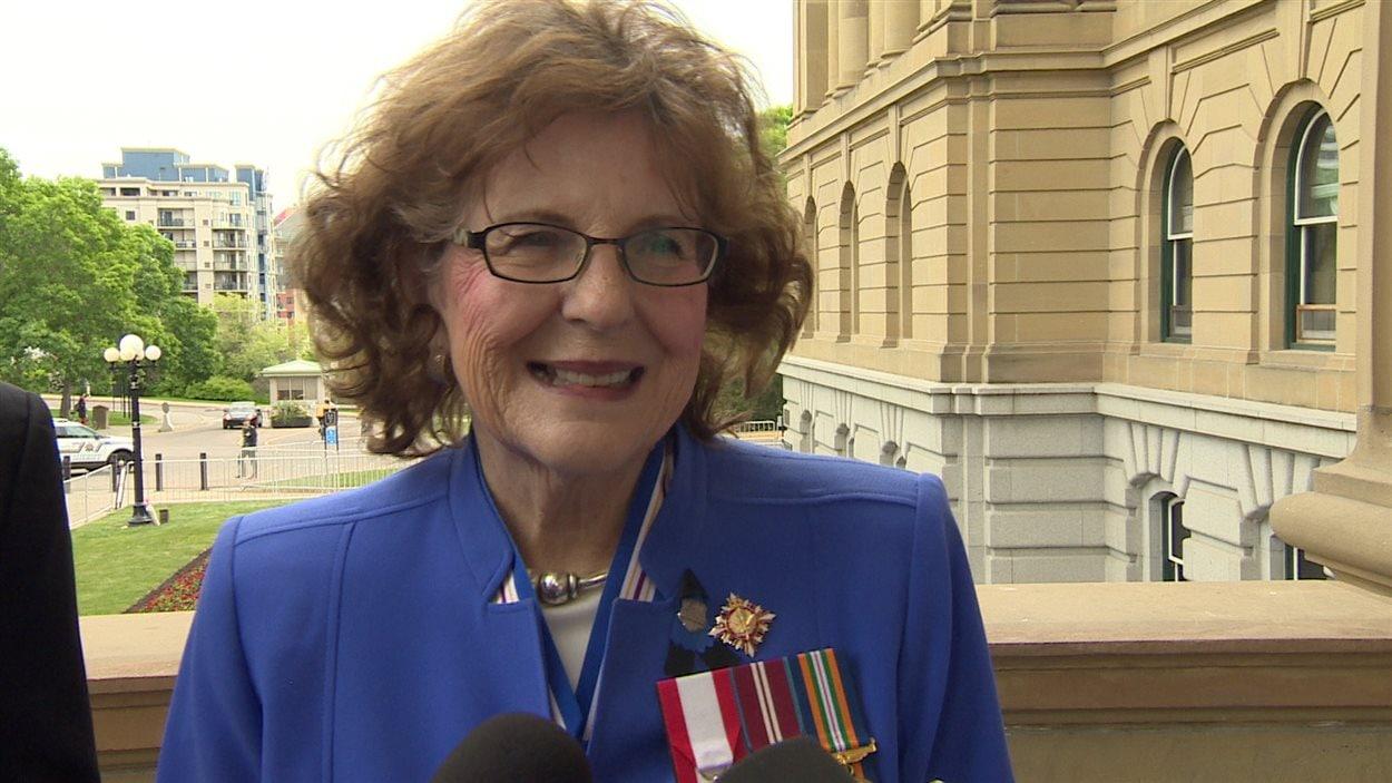 Lois Mitchell, la nouvelle lieutenante-gouverneure de l'Alberta, parle aux médias.