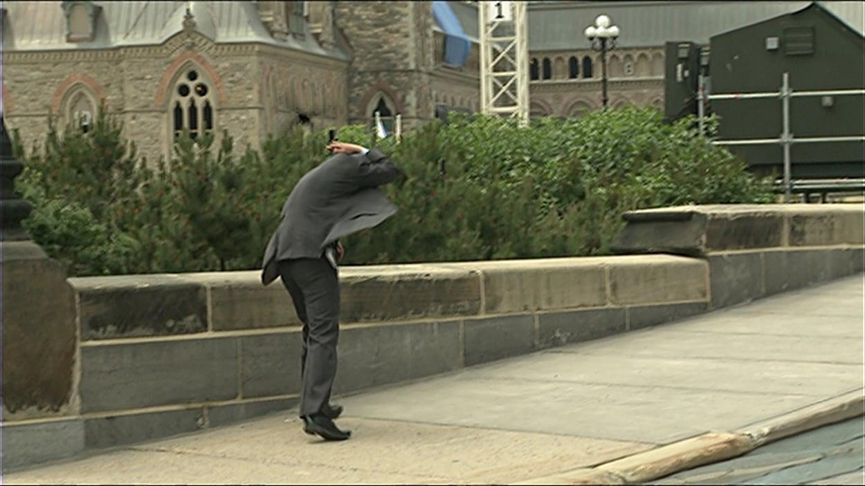 Un passant en train de se protéger pendant le carouge l'attaque.
