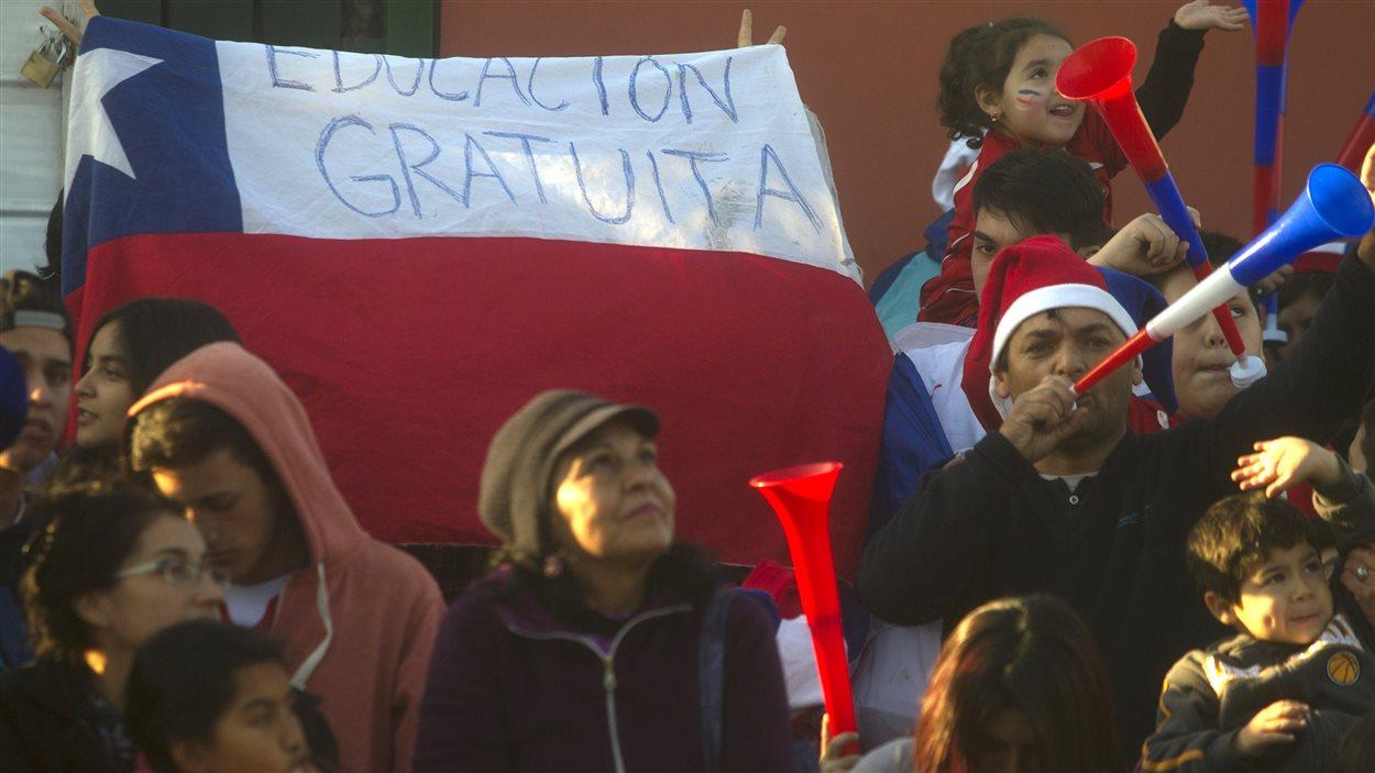 Des milliers d'étudiants ont de nouveau défilé dans les rues de la capitale chilienne Santiago, le 10 juin 2015, pour protester contre une réforme de l'éducation jugée insuffisante.