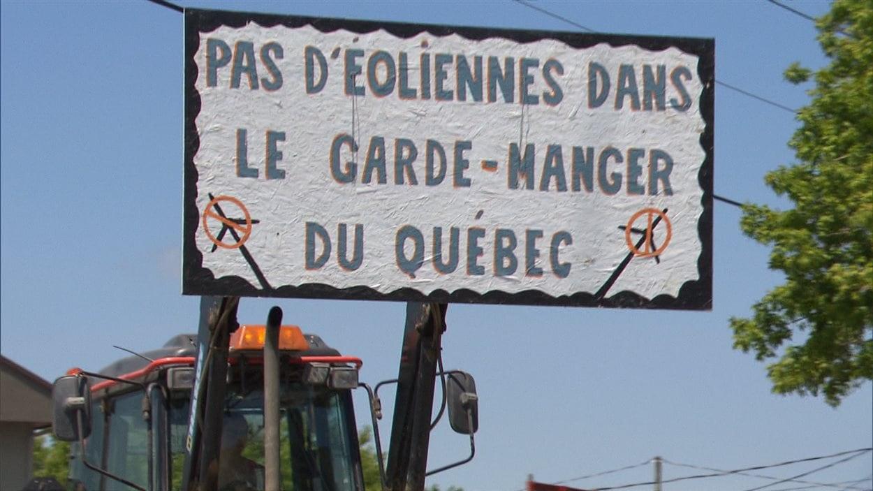 Manifestation contre un projet d'éoliennes à Saint-Cyprien-de-Napierville
