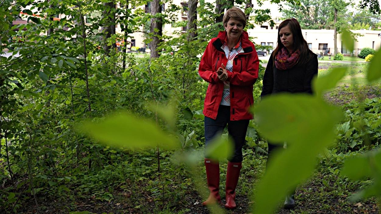 Monique Thibeault s'est mobilisée contre le projet Village Riviera. On la voit ici en compagnie de la journaliste Laurie Trudel. (09-06-15)