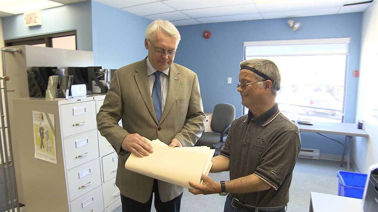 Jean Lapointe rencontre le député de Gaspé, Gaétan Lelièvre. Il lui a présenté une pétition réclamant les services d'hémodialyse à l'Hôtel Dieu de Gaspé.