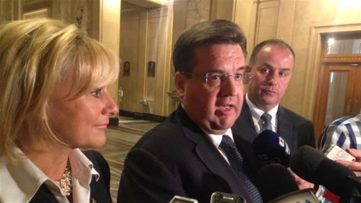 Denis Coderre en compagnie des conseillers Michelle Zammit et Éric Dugas.