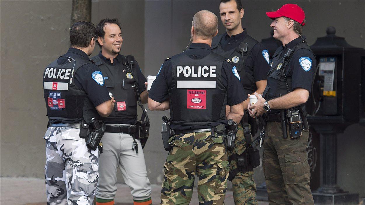 Les policiers de Montréal portent des vêtements de camouflage en guise de moyen de pression.