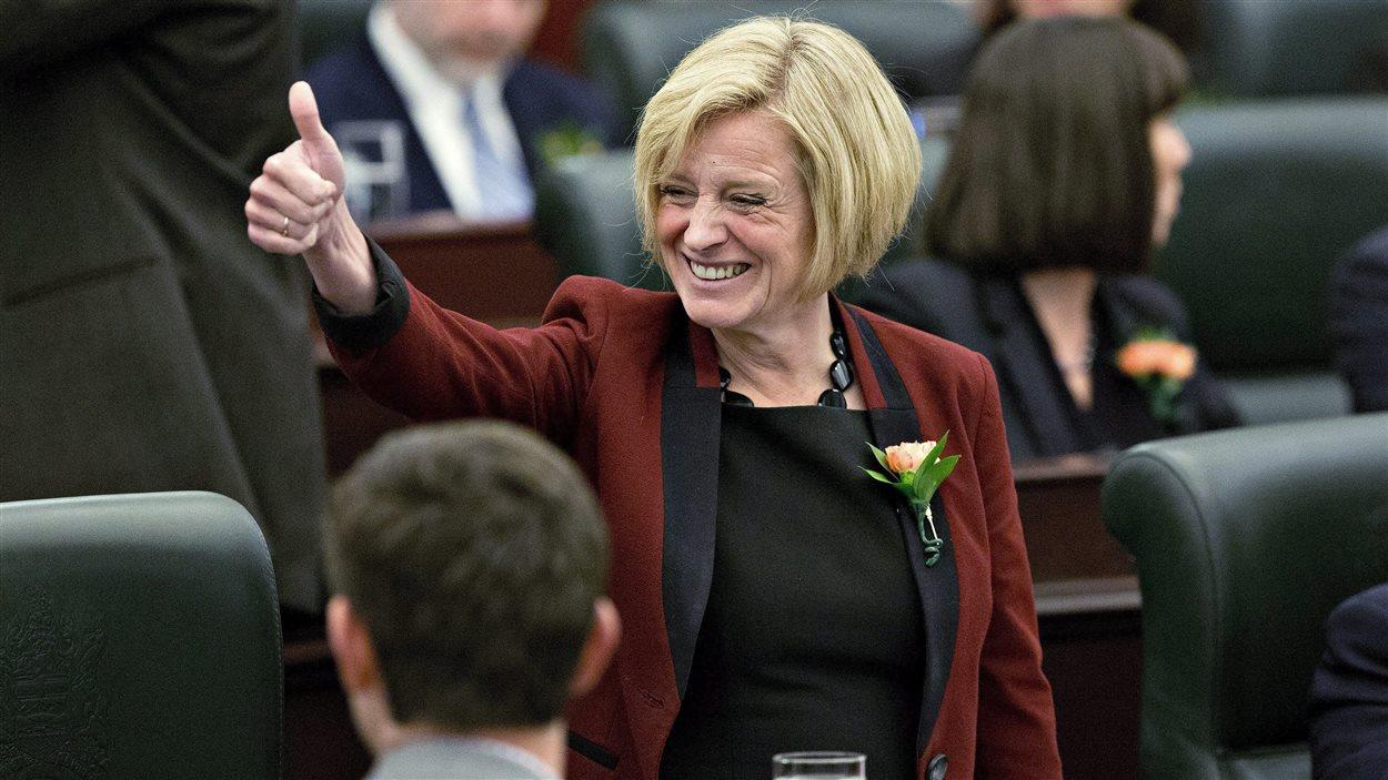 La première ministre de l'Alberta est tout sourire avant le discours du Trône.