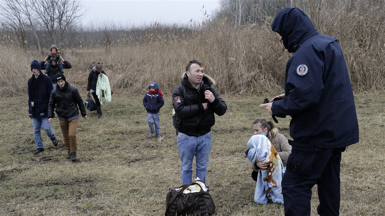 Un policier serbe intercepte des Kosovars qui s'apprêtaient à entrer en Hongrie.