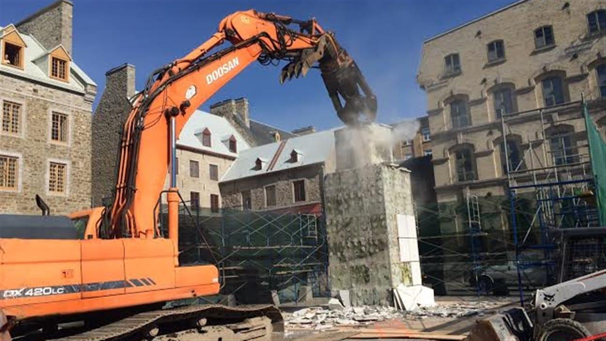 Des équipes s'affairent ce matin au démantèlement de l'oeuvre de Place de Paris... Un démantèlement qui ne semble pas se faire dans le respect de l'oeuvre. Les tuiles de marbres qui ornaient le monument ont été brisées, et la structure est détruite au marteau piqueur.