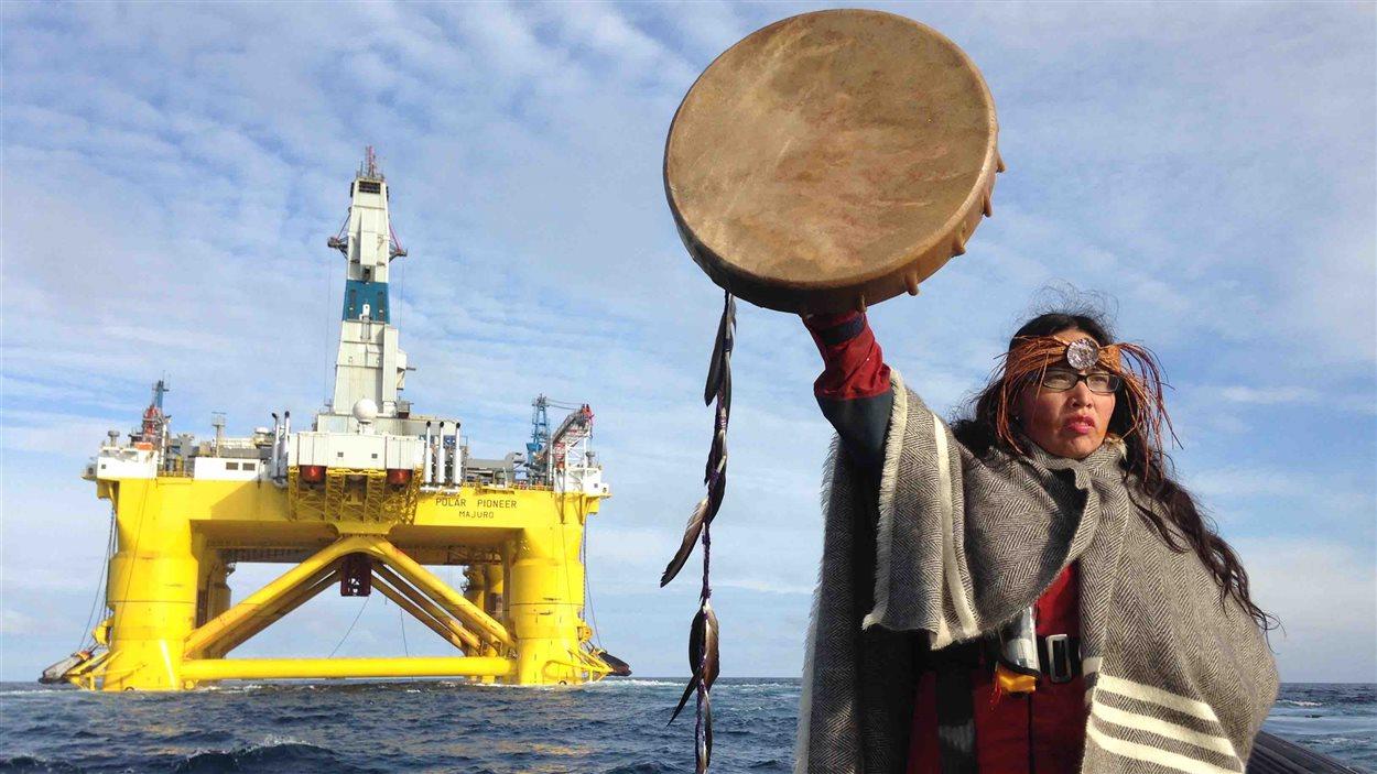 Audrey Siegl, de la nation Musqueam, tente d'intercepter la plateforme de forage Polar Pioneer de Shell, en route vers l'Alaska. elle brandit un tambour autochtone.