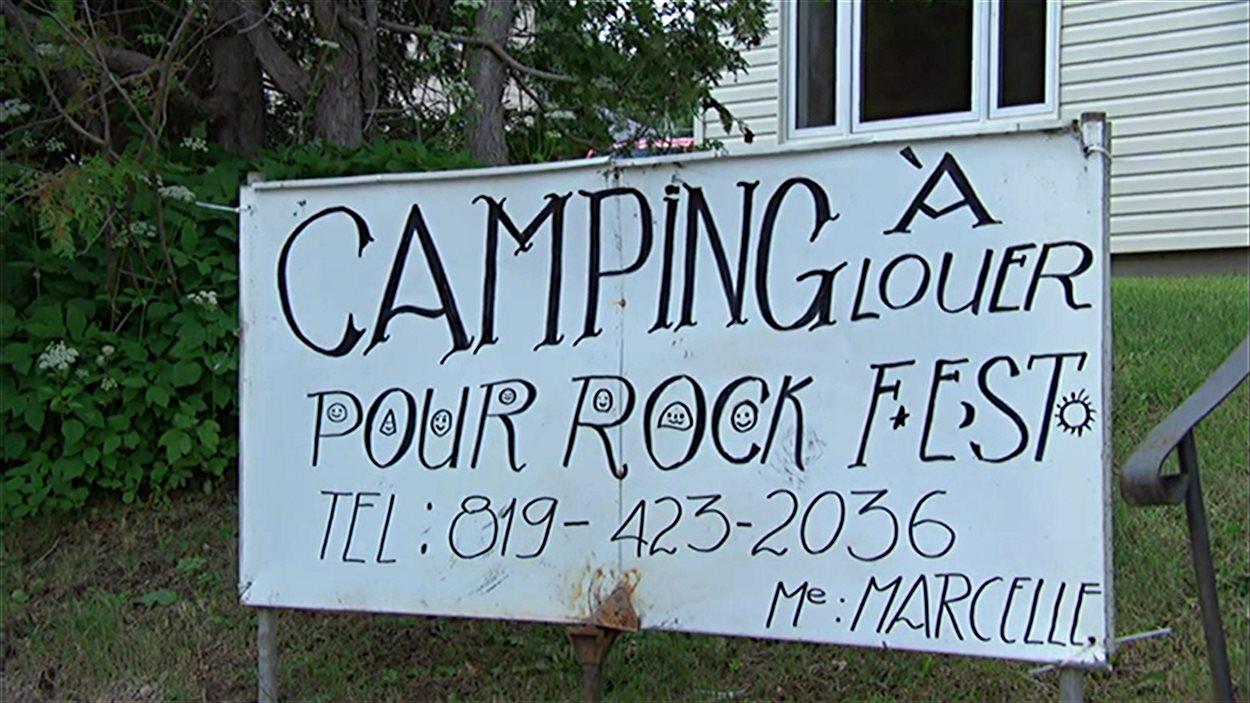 Une affiche posée par un résident de Montebello qui loue des espaces de camping, en marge du Rockfest.