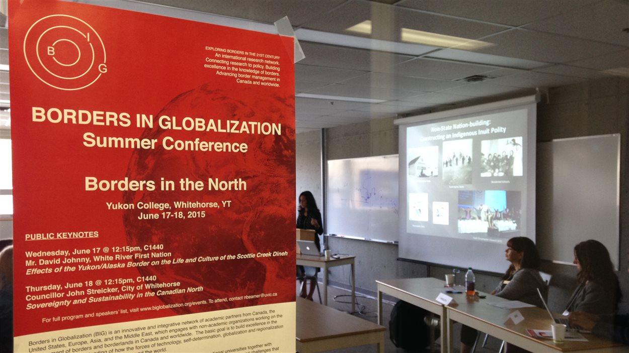 Affiche de la conférence avec conférenciers en arrière-plan