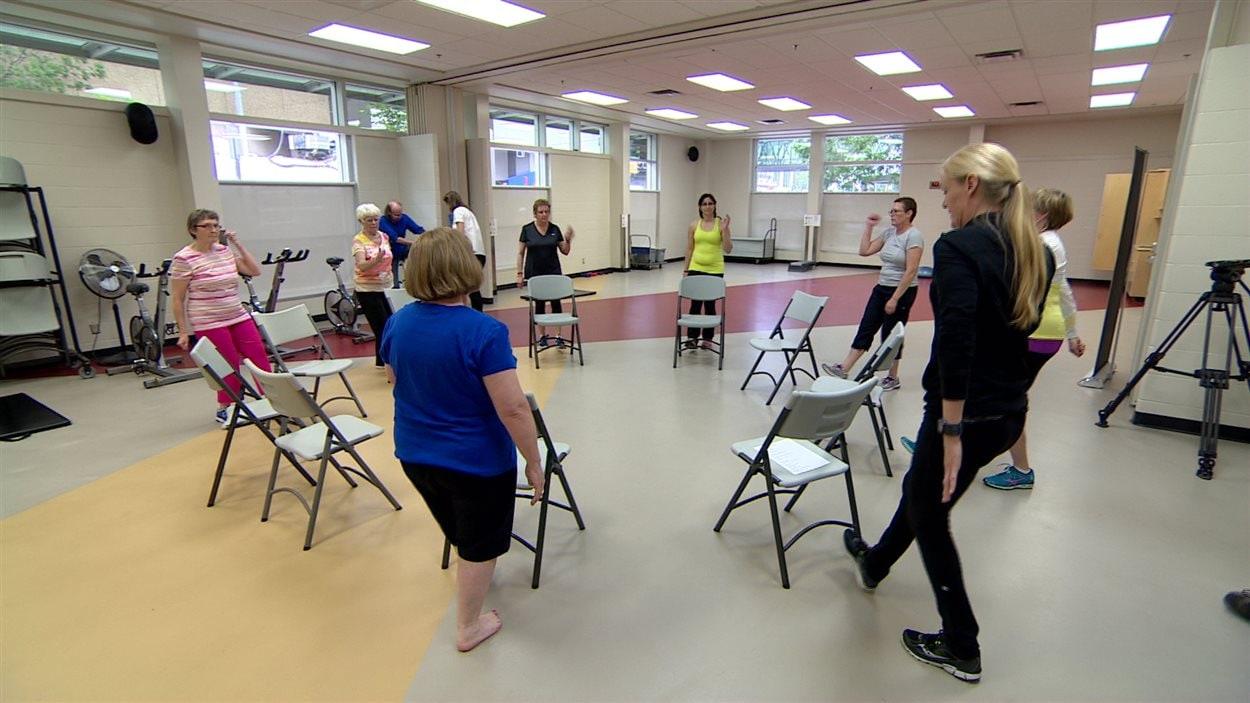 Une dizaines de participantes atteintes du cancer participent à une séance d'entraînement adapté au centre YMCA Don Wheaton d'Edmonton.