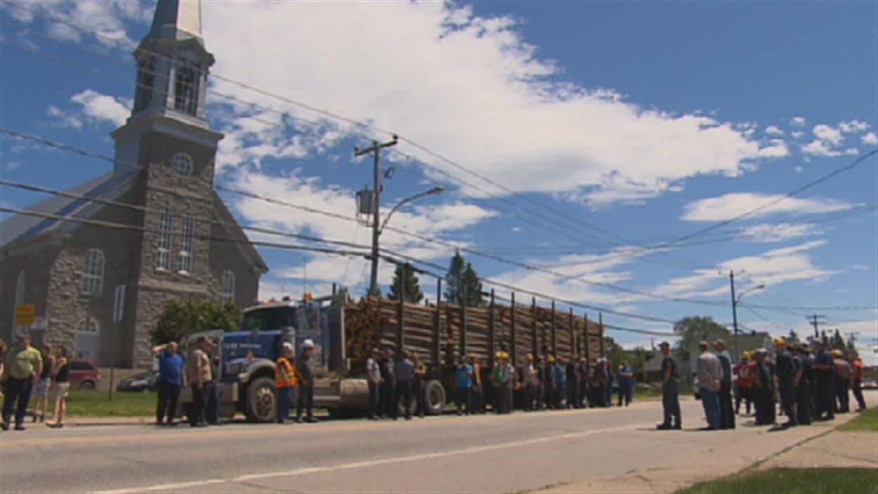 Des travailleurs forestiers manifestent à Sacré-Coeur
