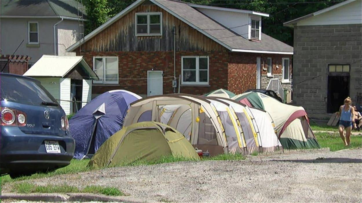 Des tentes installées sur un terrain privé, à Montebello, la fin de semaine du Rockfest.
