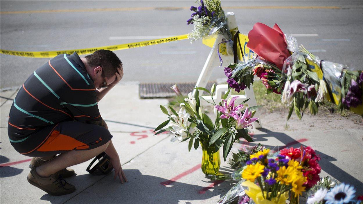 Un homme se recueille non loin de l'église où s'est produite la tuerie à Charleston.