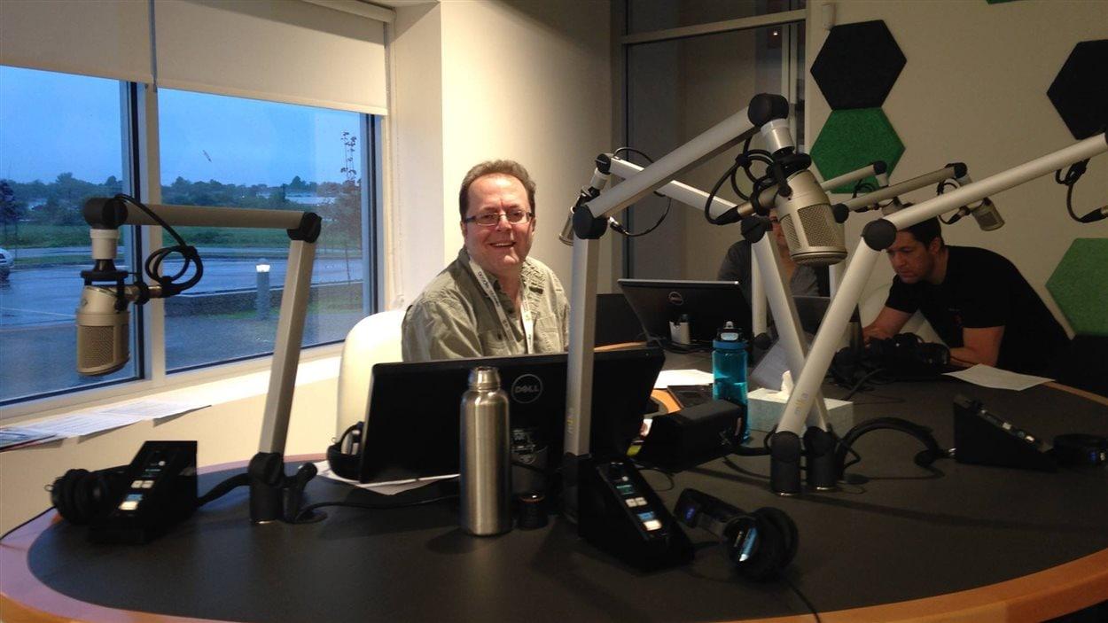 L'animateur de l'émission Le Réveil, Michel Doucet, dans le nouveau studio radio.