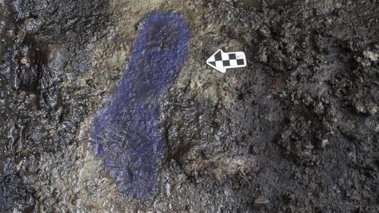 En bleu, tracé de l'empreinte de pied logée dans l'argile