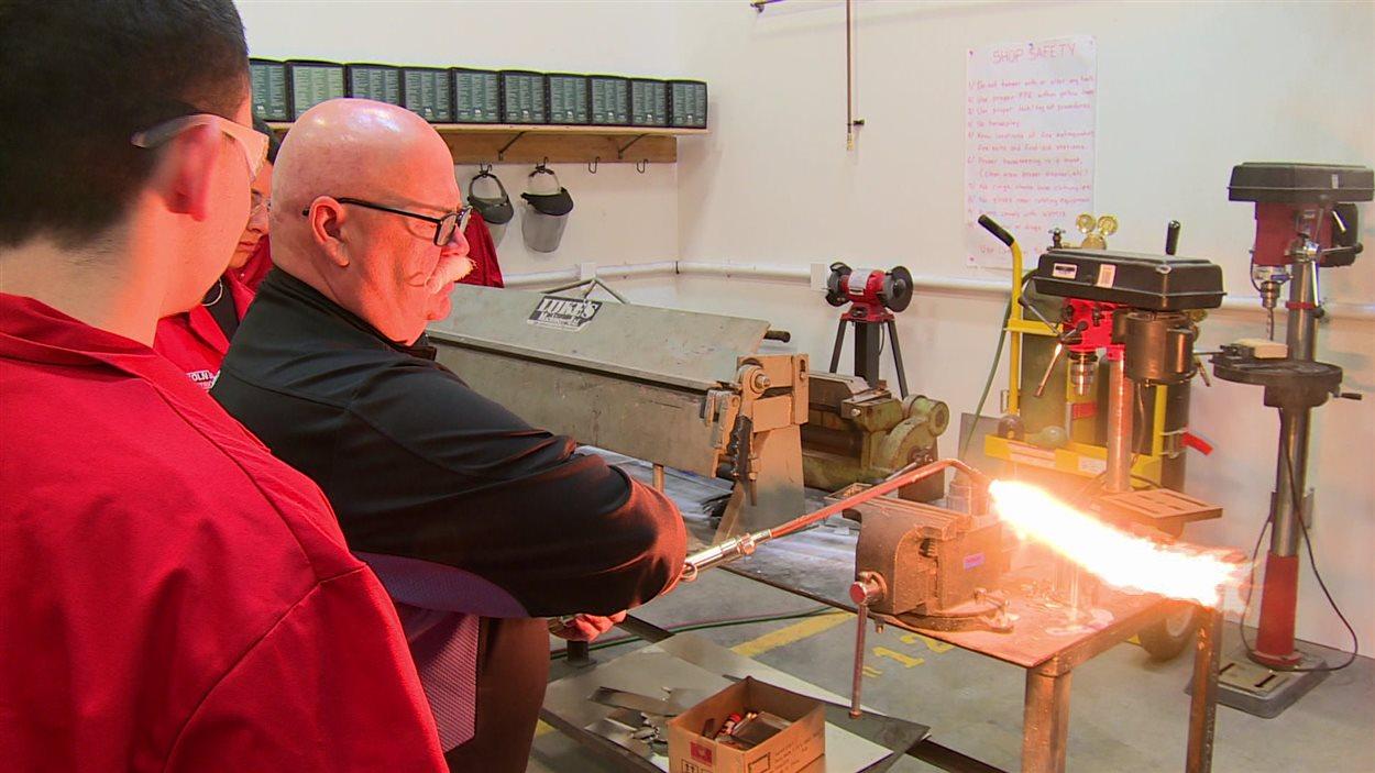 Jacques Gagnon, soudeur désigné Sceau rouge, démontre aux élèves de la Division scolaire franco-manitobaine les bases de l'oxycoupage