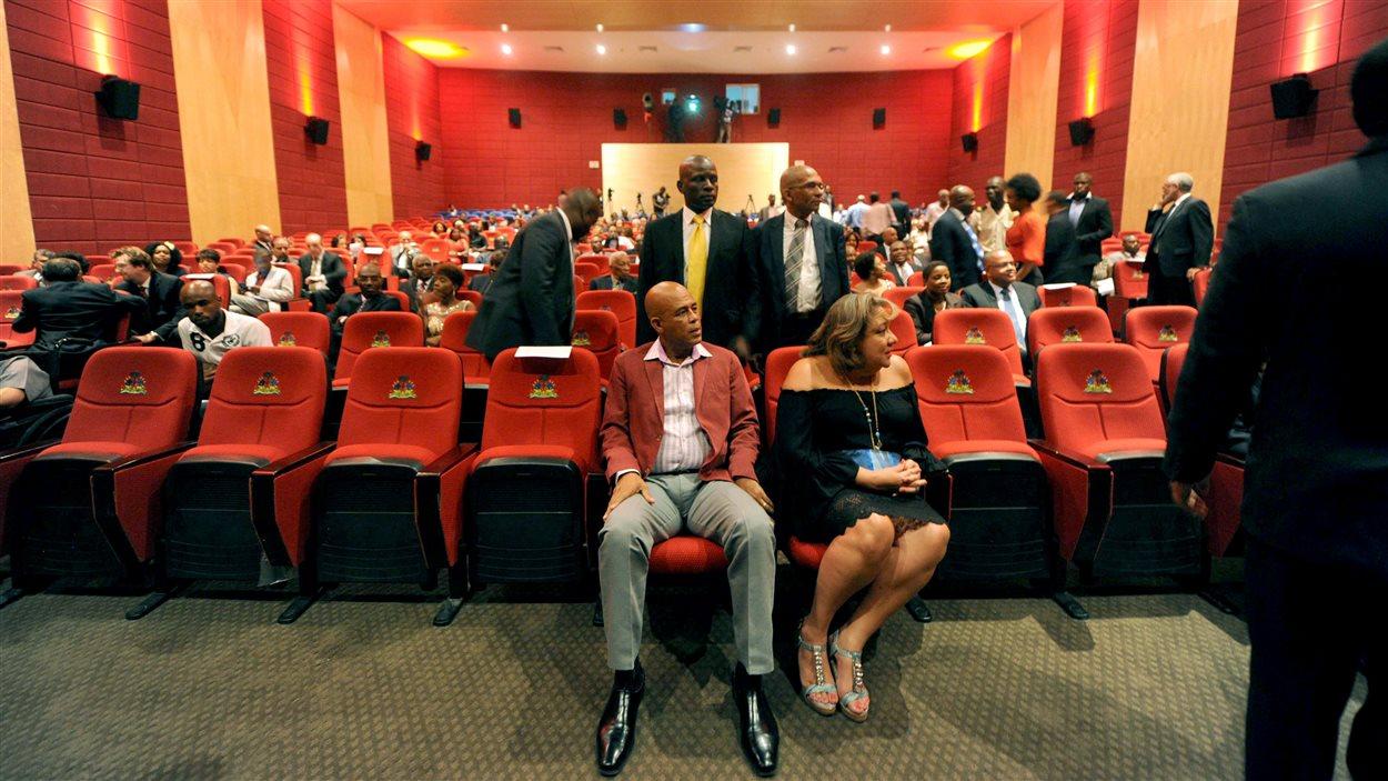 Le président haïtien Michel Martelly et son épouse Sophia dans la salle du cinéma Triomphe, à Port-au-Prince
